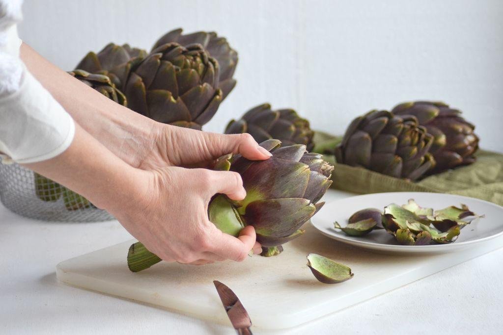 Come pulire i carciofi, staccare le foglie esterne
