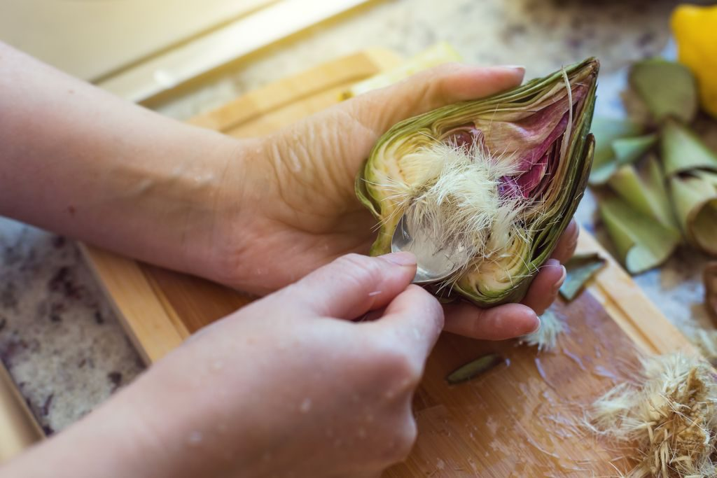 Come pulire i carciofi, togliere la peluria interna