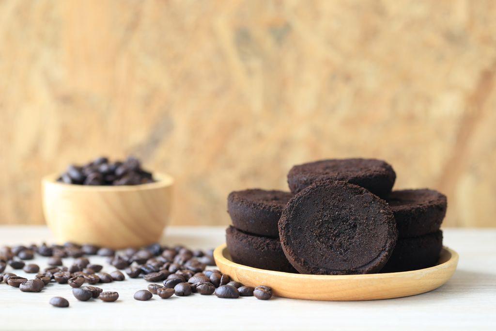 Come utilizzare i fondi del caffè: da sgrassare i piatti allo scrub per la pelle