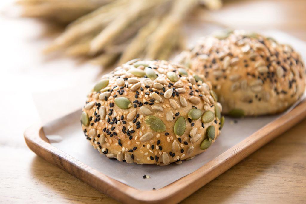 Panino tondo con topping cereali e semi