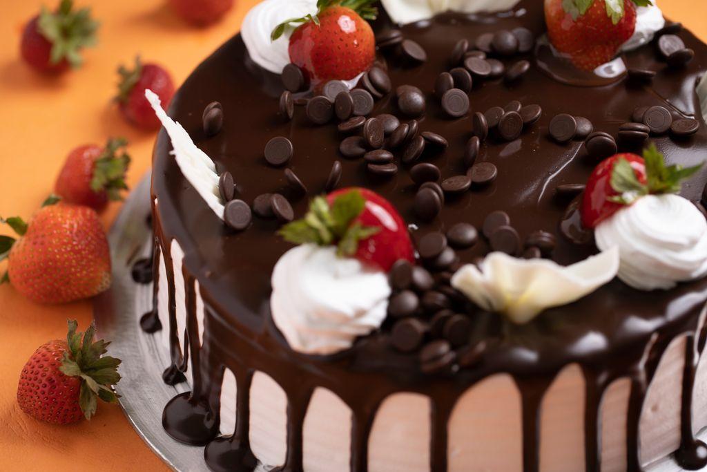 Decorazione con il cioccolato a bordo torta