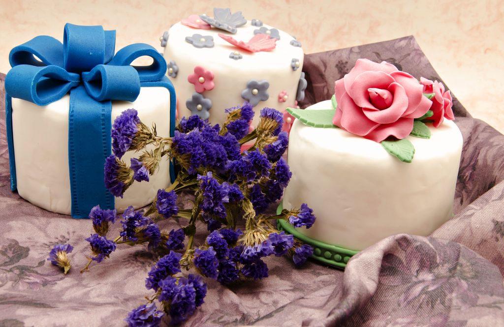 Decorare torte con fiori di pasta di zucchero