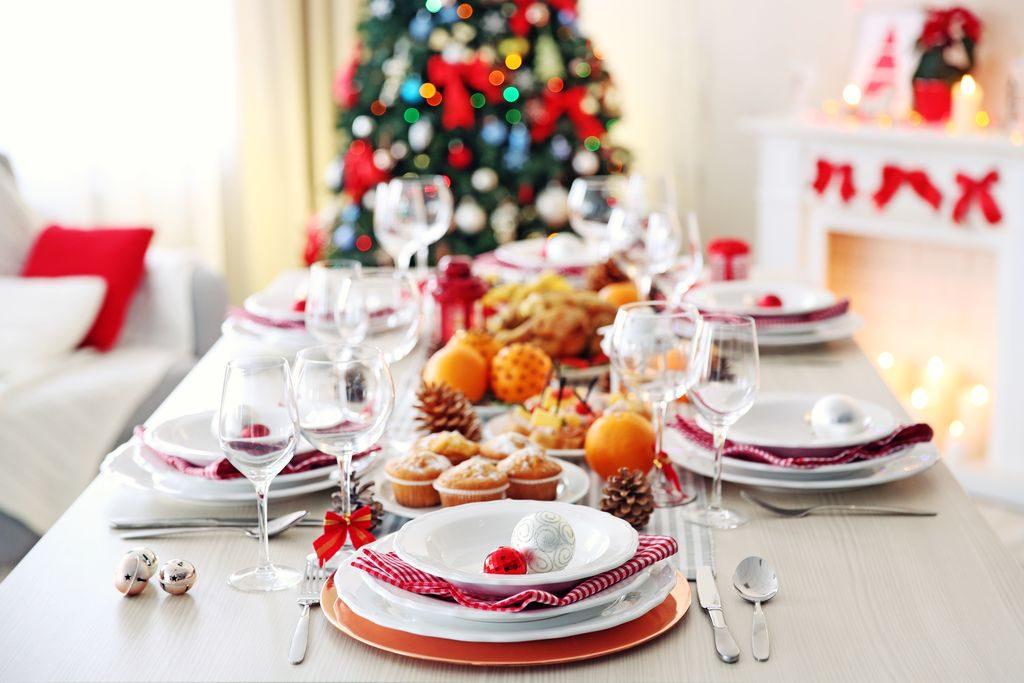 Come apparecchiare la tavola natalizia: i consigli dalle posate al centrotavola