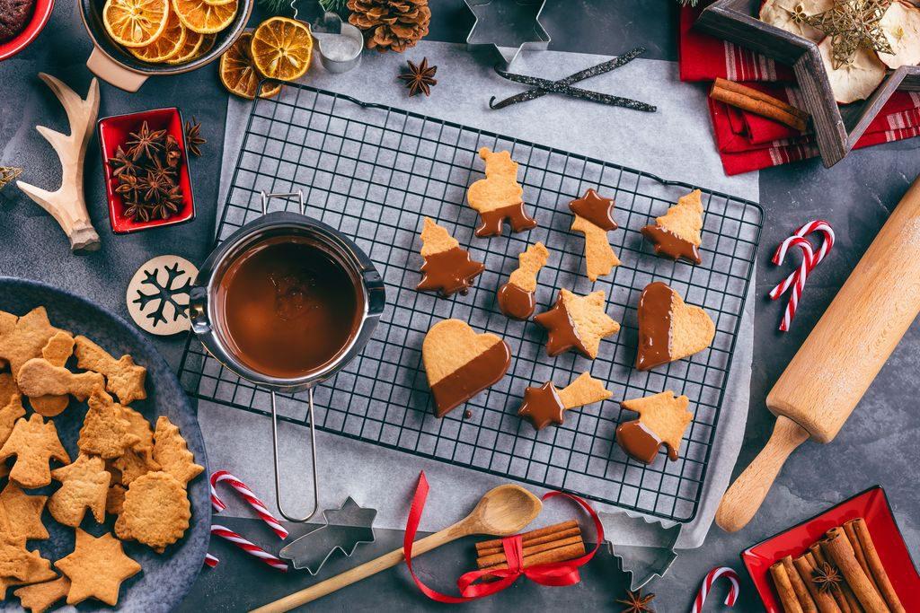 >Come decorare i biscotti di Natale con il cioccolato
