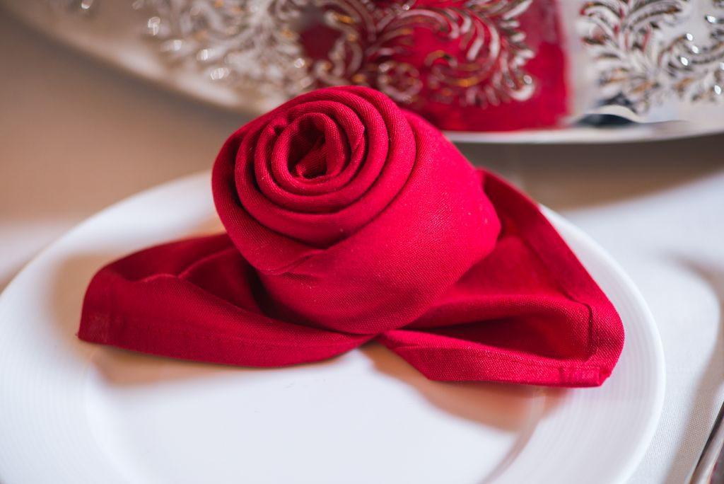 come piegare i tovaglioli di carta a rosa
